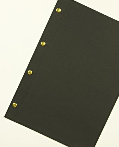 Messingfarbene Buchschrauben in schwarzem Fotokarton