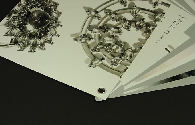 Edel, elegant: Silberne Buchschraube für ein Schmuck-Booklet