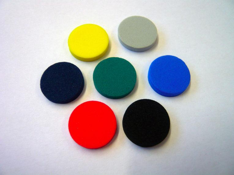 Farbige Mossgummipunkte um CDs zu befestigen