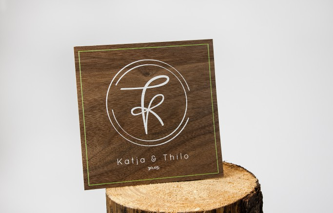 Einladungskarte aus Microwood Holzfurnier. 5-farbig bedruckt im digitalen Siebdruck.