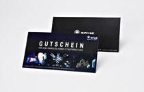 Partieller Relieflack auf einer schwarzen Gutscheinkarte, digital gedruckt