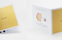 506-Willkommenskarte_Druckfein Design 300g_beidseitig Gold_220x220mm-0165--1