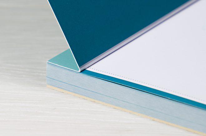 Detail einer Broschüre mit Buchschraubenbindung: Rillung im Bund