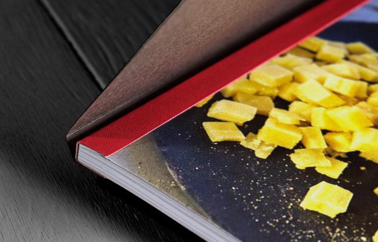 Detail Schweizer Broschur Fälzelband rot