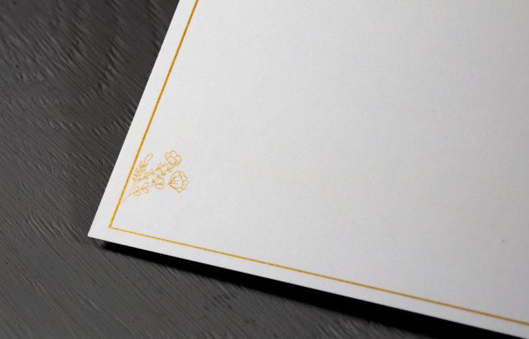 Filigrane Elemente in Gold ohne Heissfolienprägung
